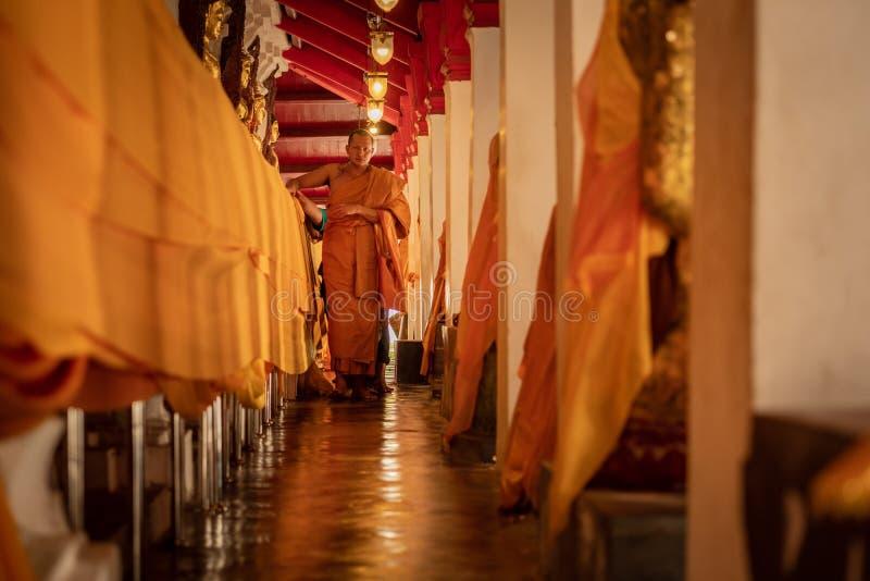 传统佛教救济仪式在tempel的早晨,是一个佛教生活和文化  库存照片