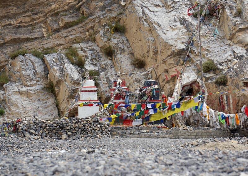 传统佛教chortens在喜马拉雅山站立在神的崇拜地方 免版税图库摄影