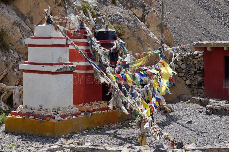 传统佛教chortens在喜马拉雅山站立,与旗子诗歌选  图库摄影