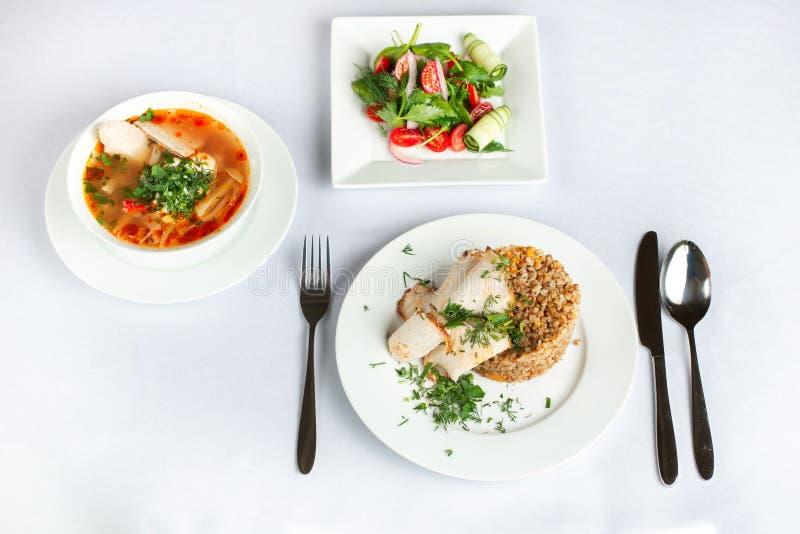 传统俄国乌克兰甜菜根圆白菜汤烹调在一个大家庭罐用蕃茄和供食用荞麦 免版税库存照片