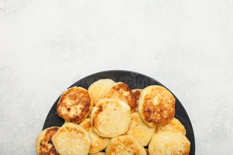 传统俄国早餐乳酪蛋糕,薄煎饼 r 库存照片