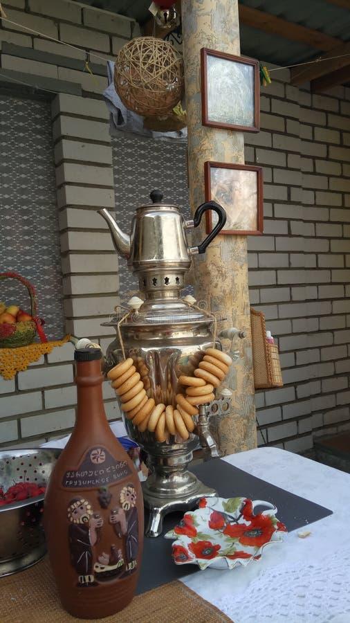 传统俄国茶党包括从俄国式茶炊的热的红茶 库存图片