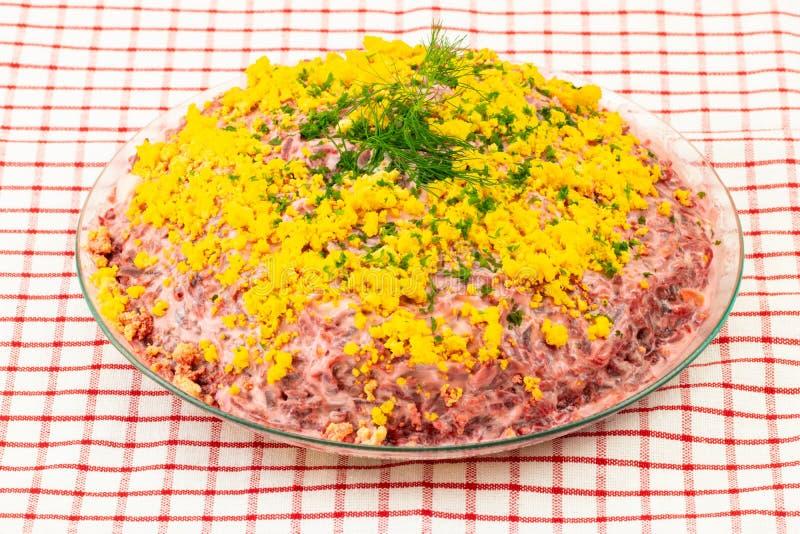 传统俄语分层了堆积沙拉名为鲱鱼在皮大衣下 库存照片