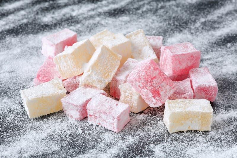 传统保加利亚在黑人委员会和玫瑰调味的,土耳其快乐糖lokum、平凡用powederd糖 库存图片
