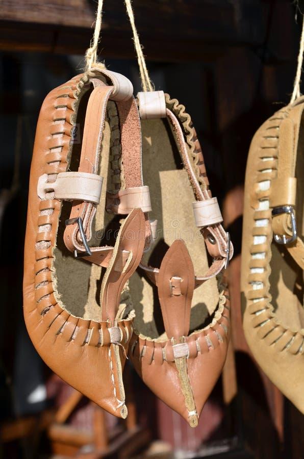 传统保加利亚皮革民间传说鞋子- tsarvuli 免版税图库摄影