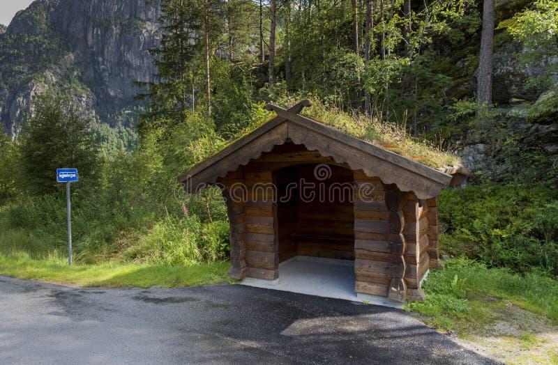 传统公共汽车站在挪威 免版税库存照片