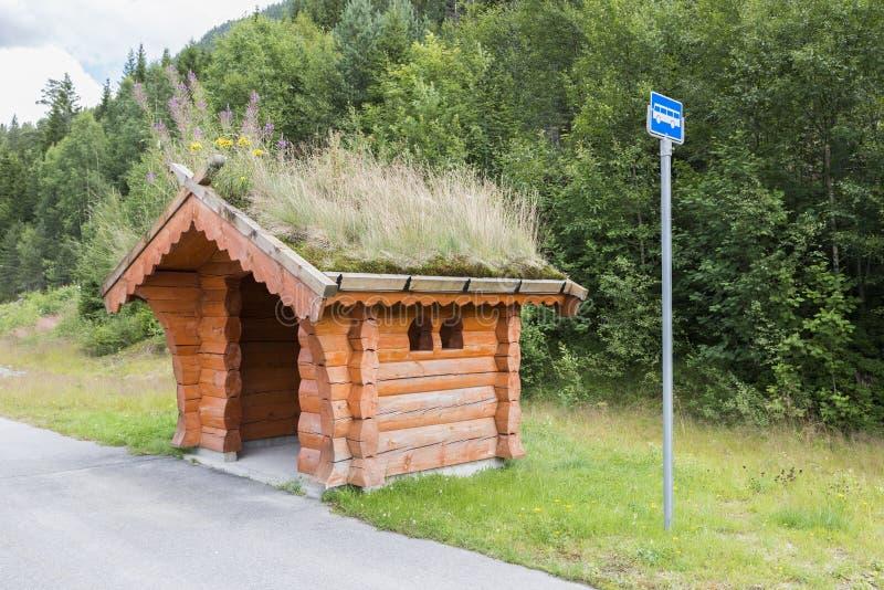 传统公共汽车站在挪威 免版税库存图片