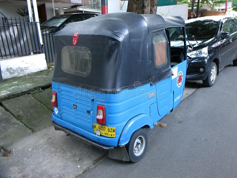传统公车 Bemo是用途广泛在印度尼西亚的一辆传统三轮车 图库摄影