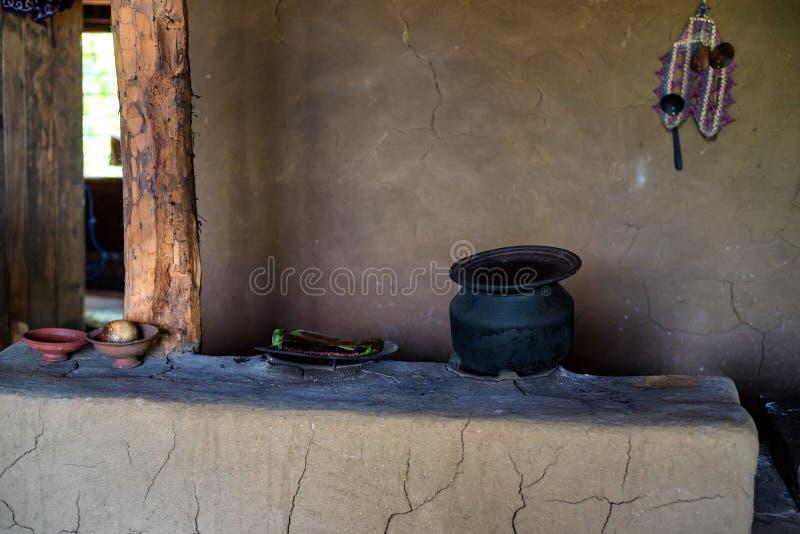 传统农村烹饪器材在有罐的斯里兰卡在它顶部 库存照片