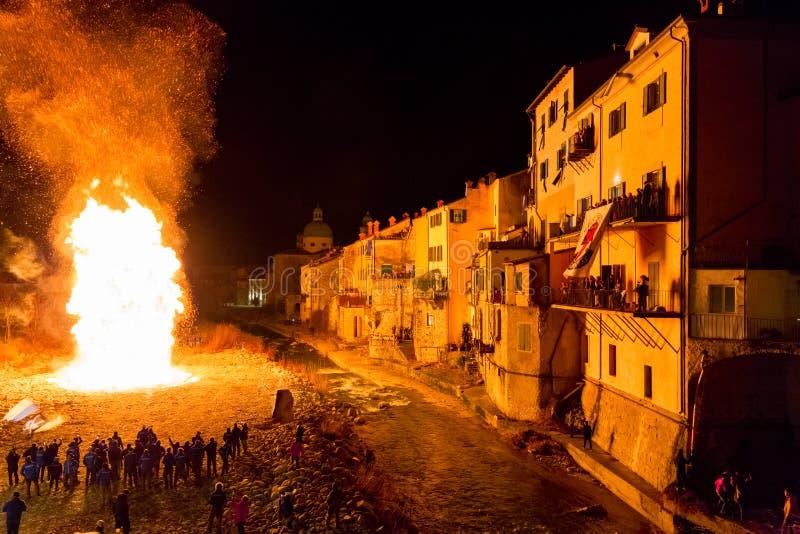 传统冬天篝火在蓬特雷莫利,意大利 图库摄影