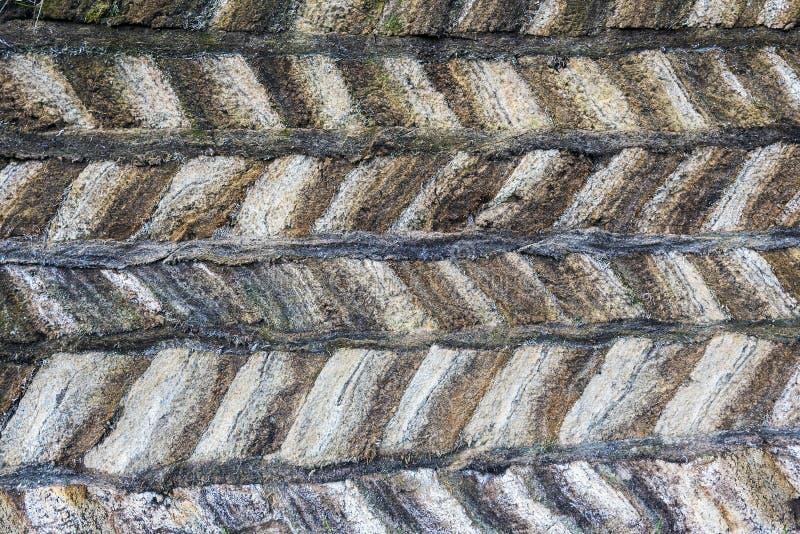 传统冰岛草皮建筑泥煤结构由与小条的被夹紧的块做成在层数之间 免版税库存照片