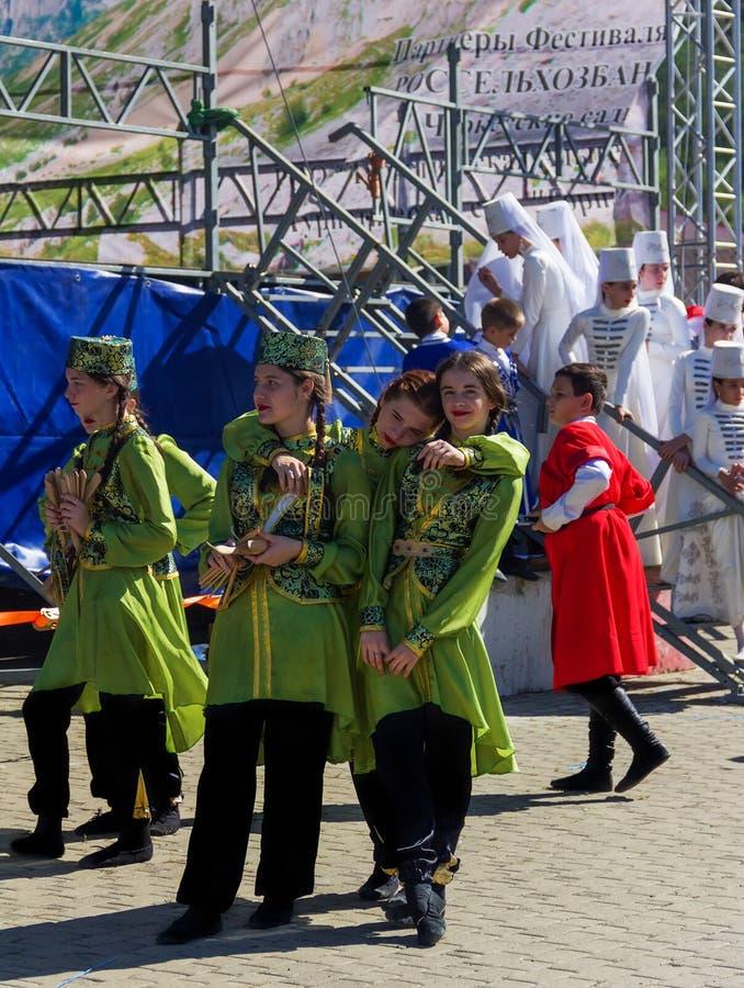 传统切尔克斯衣裳的少女女演员为表现做准备在Adyghe乳酪节日在山麓小丘的 免版税库存照片