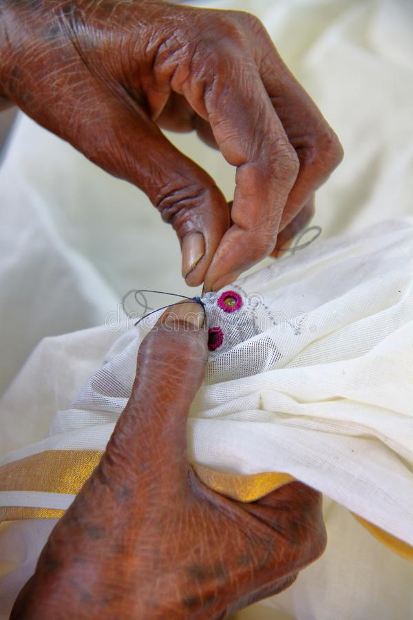 传统刺绣在Sumrasar,在普杰,古杰雷特,印度附近的地方村庄 免版税库存照片