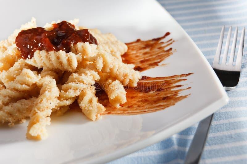传统匈牙利意大利面食用粗面粉和堵塞 免版税库存图片