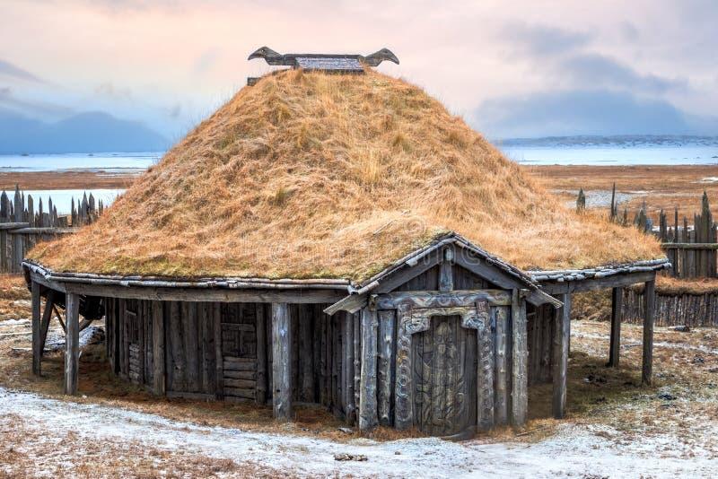 传统北欧海盗草皮屋顶房子 库存图片