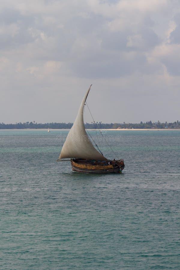 传统单桅三角帆船航行 免版税库存照片