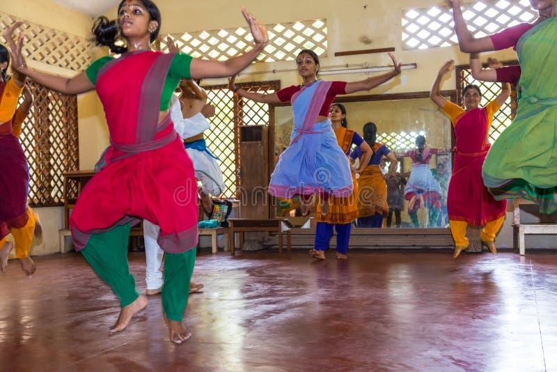 传统印度舞蹈的学生在类的 免版税库存图片