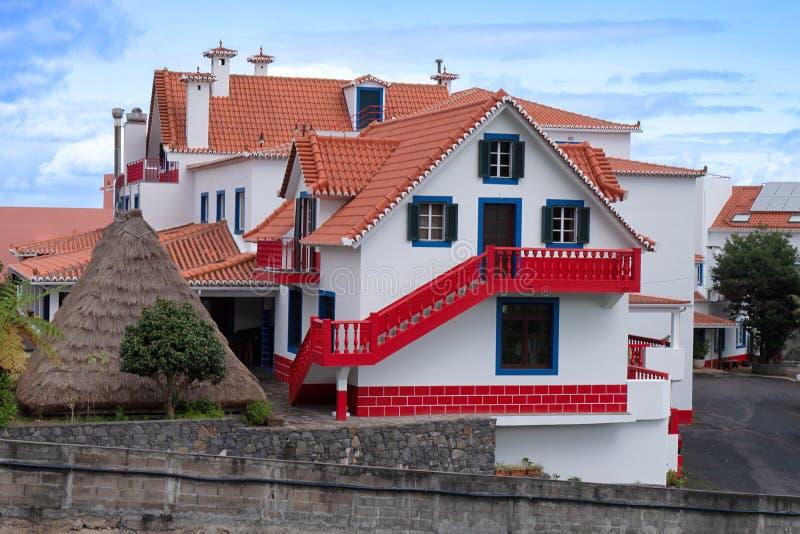 传统历史的房子在村庄桑塔纳,马德拉 库存图片