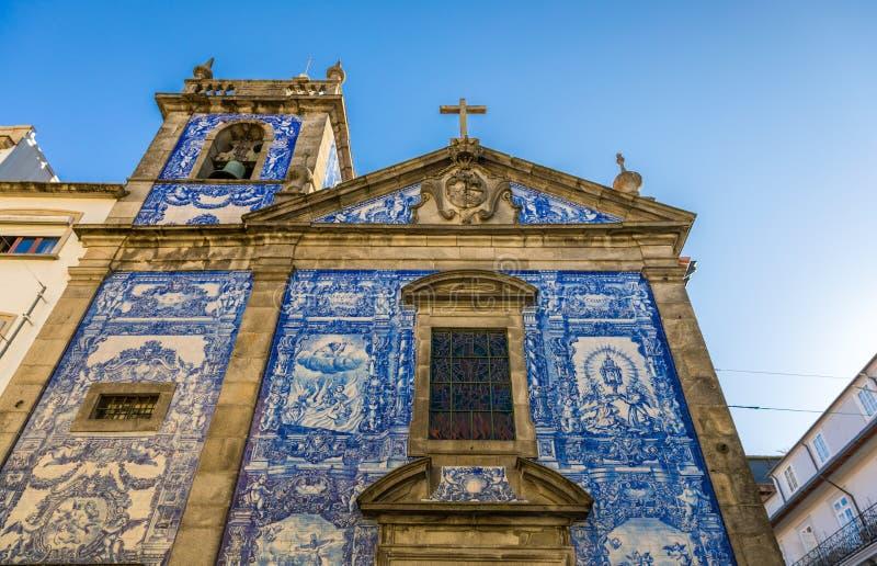 传统历史的门面在波尔图用蓝色手pa装饰了 免版税库存照片