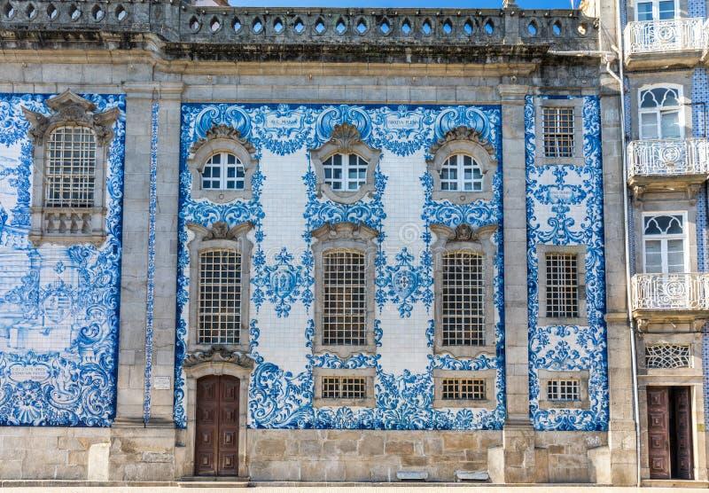 传统历史的门面在波尔图用蓝色手pa装饰了 免版税图库摄影