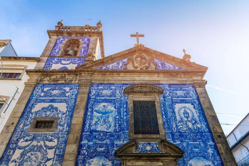 传统历史的门面在波尔图用蓝色手pa装饰了 库存图片