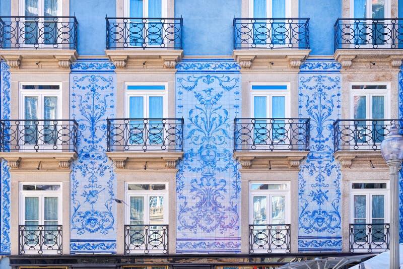 传统历史的门面在波尔图用蓝色瓦片,葡萄牙装饰了 免版税库存照片