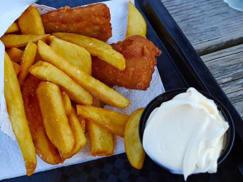 传统古典英国英文炸鱼加炸土豆片 免版税库存图片