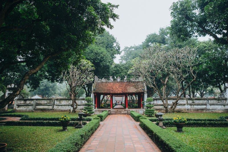 传统古老大厦建筑学在绿色公园,河内,越南 免版税库存照片