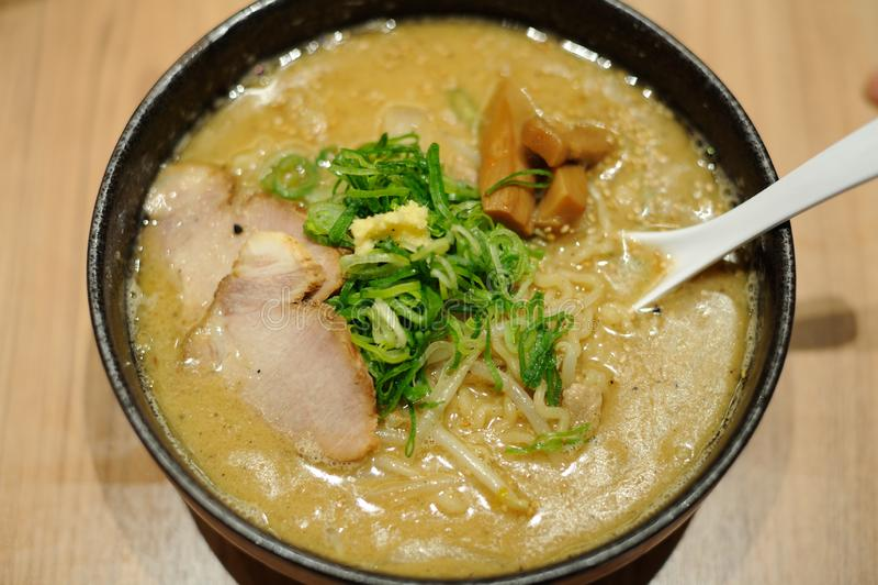 传统可口拉面汤烹调与味噌浆糊在日本 库存照片