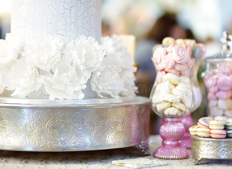 传统周年/婚姻的多层蛋糕 用花装饰的美丽的可口甜点心 库存图片