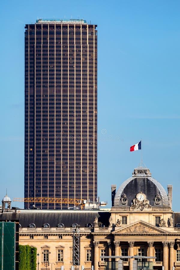 传统和新的高层建筑物在巴黎 库存图片