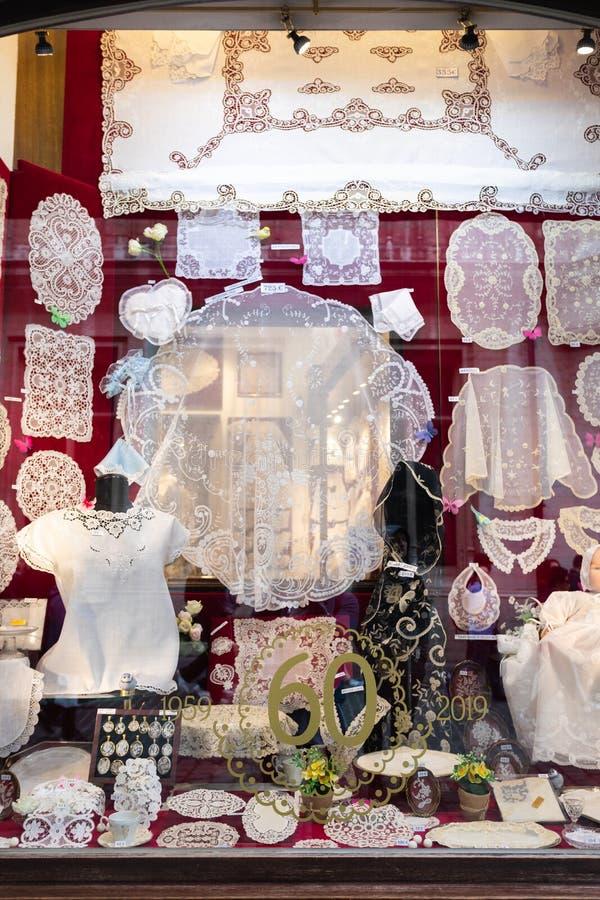 传统和著名比利时鞋带在商店窗口里,布鲁塞尔,比利时 免版税库存图片