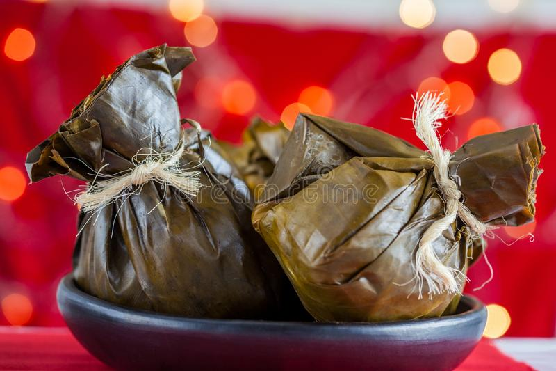 传统哥伦比亚的玉米粽子如被做在 chr的托利马省地区 库存图片