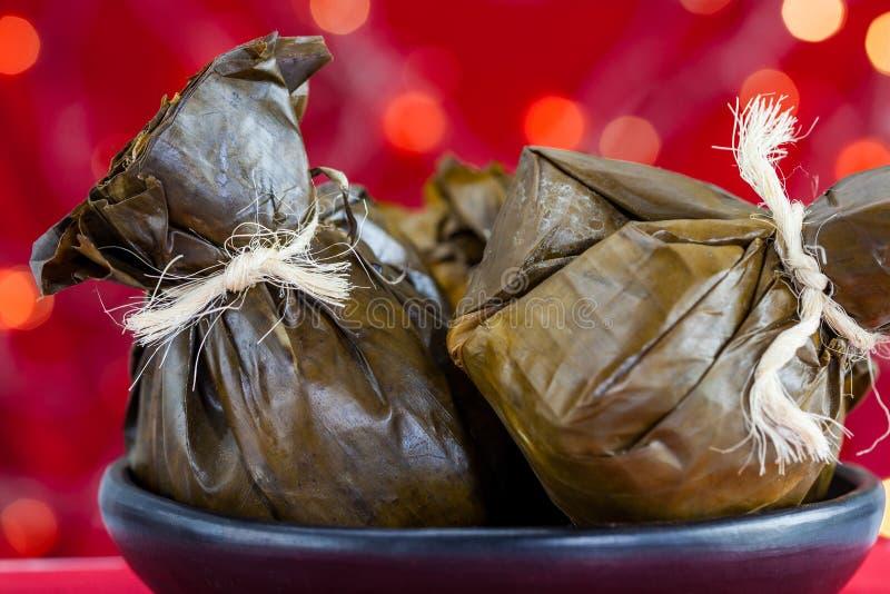 传统哥伦比亚的玉米粽子如被做在 chr的托利马省地区 免版税库存照片