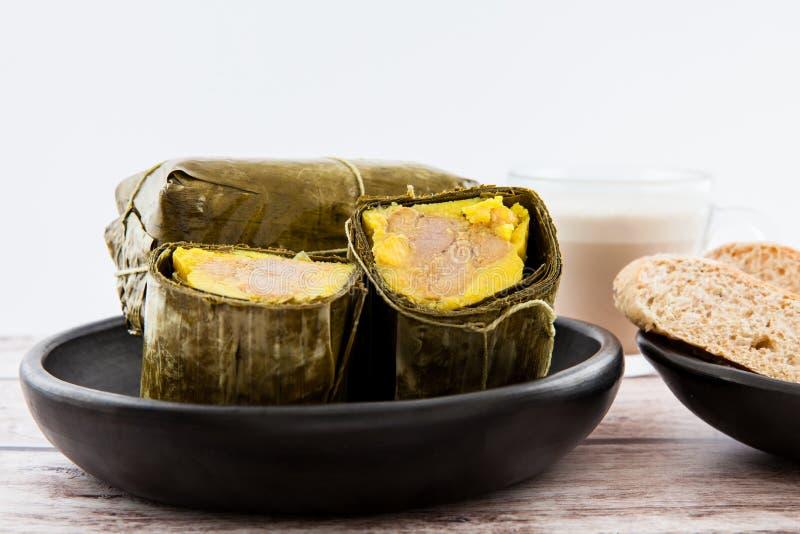 传统哥伦比亚的玉米粽子早餐用面包和巧克力如被做在桑坦德地区 免版税库存图片