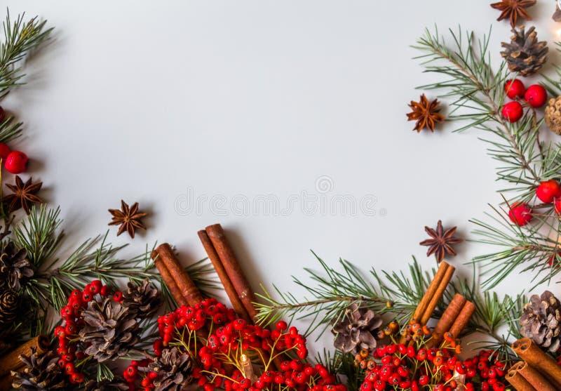 传统土气圣诞节背景花的布置 免版税库存图片