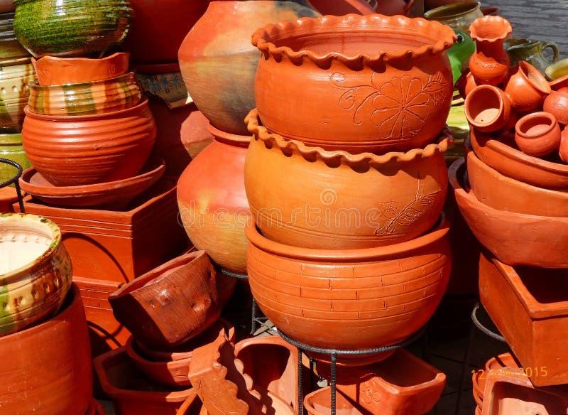 传统土气泥罐在市场上在昆卡省,厄瓜多尔 免版税库存照片