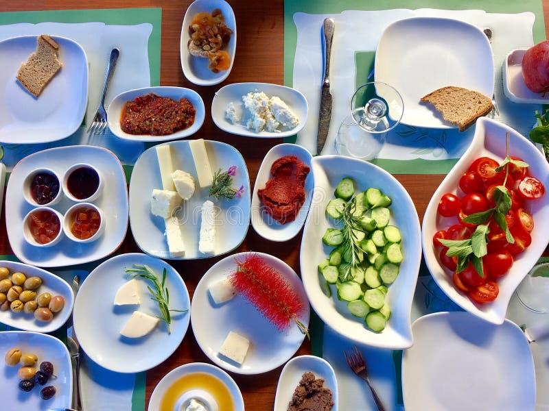 传统土耳其早餐桌顶视图 免版税图库摄影