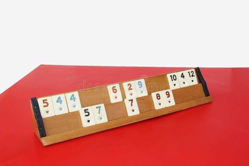 传统土耳其比赛okey,与数字的塑料芯片在一个木立场 库存照片