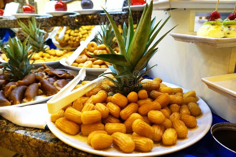 传统土耳其点心tulumba -在一张美妙地装饰的桌上在旅馆餐馆 免版税库存图片