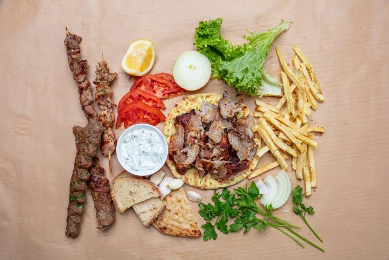 传统土耳其语,希腊肉食物 Shawarma、电罗经、kebab、souvlaki和tzatziki在皮塔饼面包 免版税图库摄影