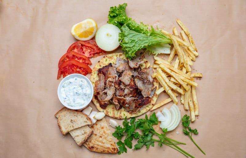 传统土耳其语,希腊肉食物 Shawarma、电罗经、kebab、souvlaki和tzatziki在皮塔饼面包 免版税库存图片