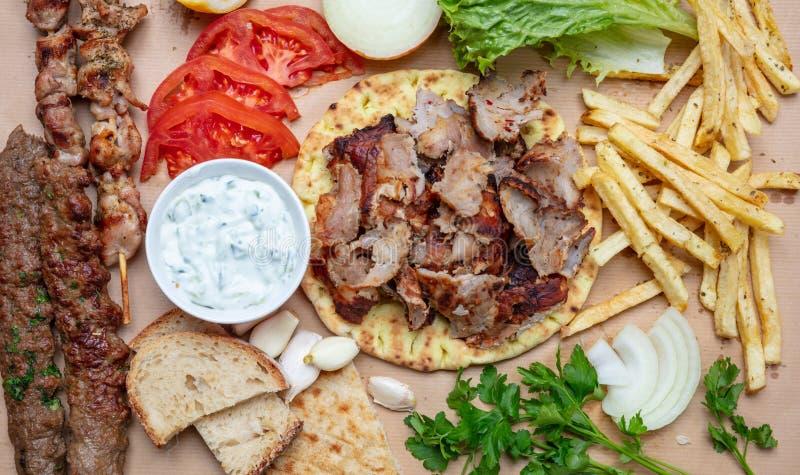 传统土耳其语,希腊肉食物 Shawarma、电罗经、kebab、souvlaki和tzatziki在皮塔饼面包 免版税库存照片