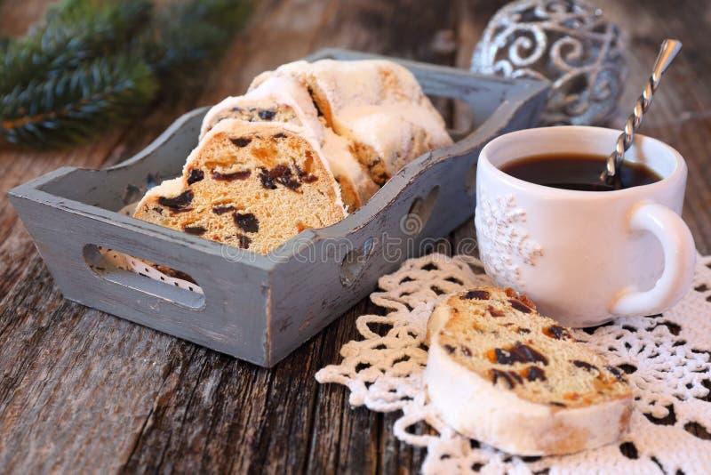 传统圣诞节蛋糕和咖啡 免版税库存图片