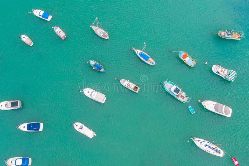 传统在地中海渔村注视五颜六色的小船,鸟瞰图马尔萨什洛克,马耳他港口  库存照片