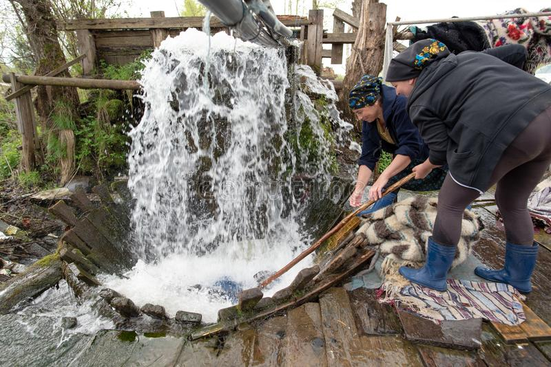 传统地毯洗涤物在Maramures县,罗马尼亚 库存照片