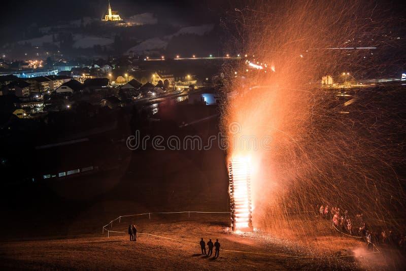 传统复活节伊芙篝火在Tamsweg 图库摄影