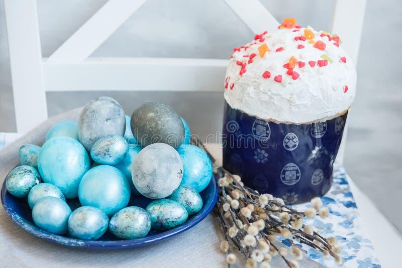 传统复活节洗染了鸡蛋,复活节cakeand杨柳分支 仍然复活节生活 有选择性的软的焦点 免版税库存图片