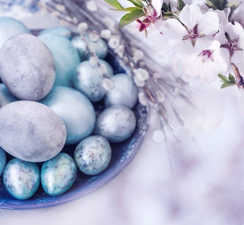 传统复活节洗染了minal树的鸡蛋和花 艺术性的拼贴画纸张水彩 S 免版税库存照片
