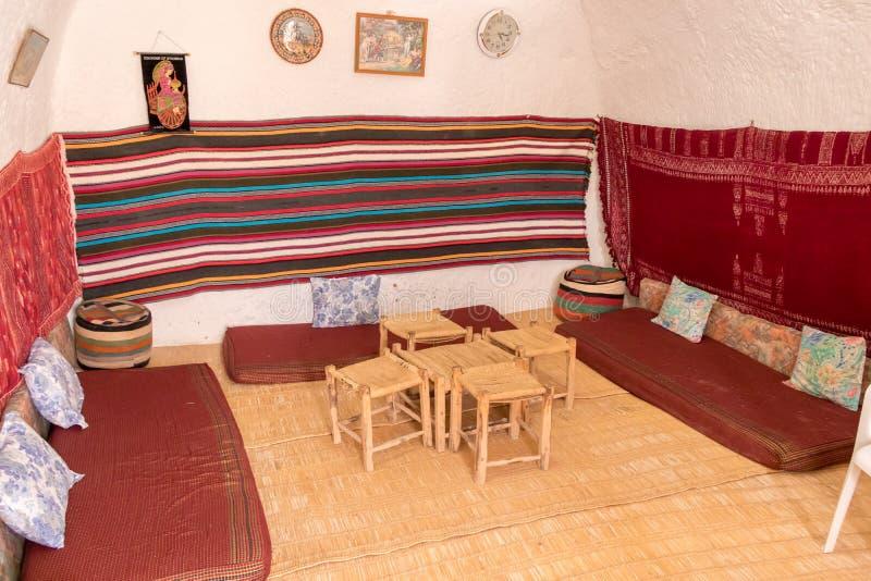 传统室在一个穴居人家在Matmata,非洲 免版税库存照片